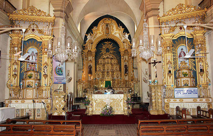 Altars_at_St._Alex_Church,_Calangute