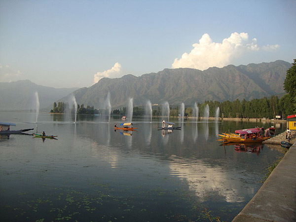 Dal_Lake,_Srinagar,_July